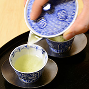 Evenly pour the tea into each cup and serve.